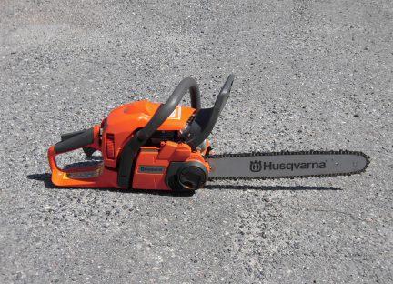 チェーンソーを用いて行う伐木等業務従事者イメージ01